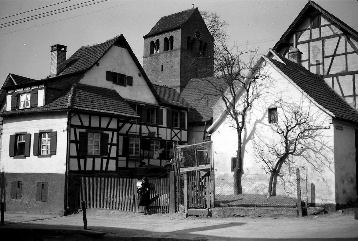 Lahr: Burgheimer Kirche hinter Fachwerkhäusern, Bild 1