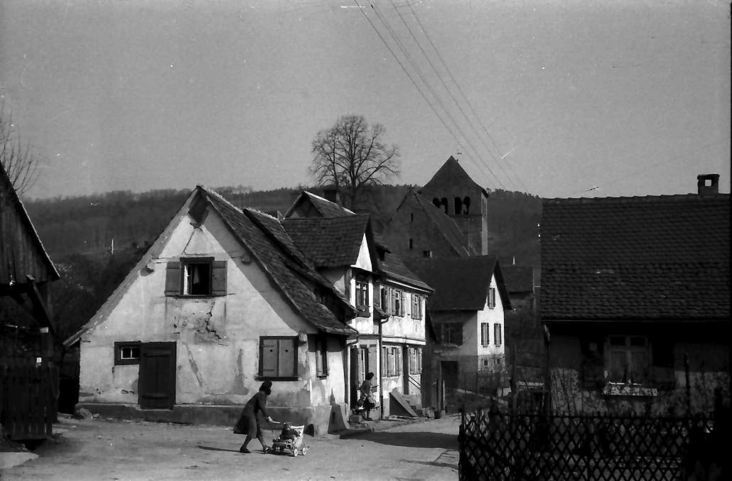Lahr: Burgheimer Kirche mit Häusern davor, Bild 1