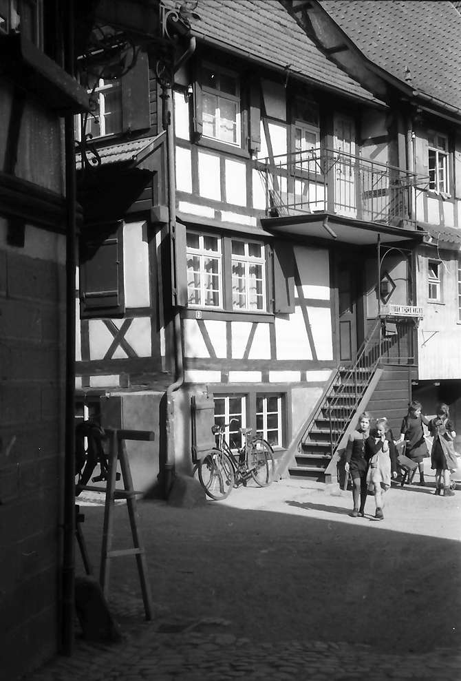 Oberkirch: Fachwerkhäuser am Kanal (rechts: spielende Kinder), Bild 1