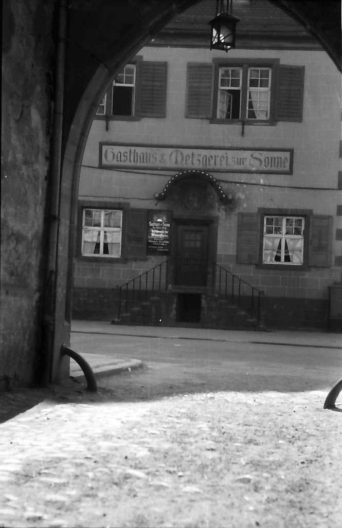 Oberkirch: Durchblick durch Tor auf Gasthaus zur Sonne, Bild 1