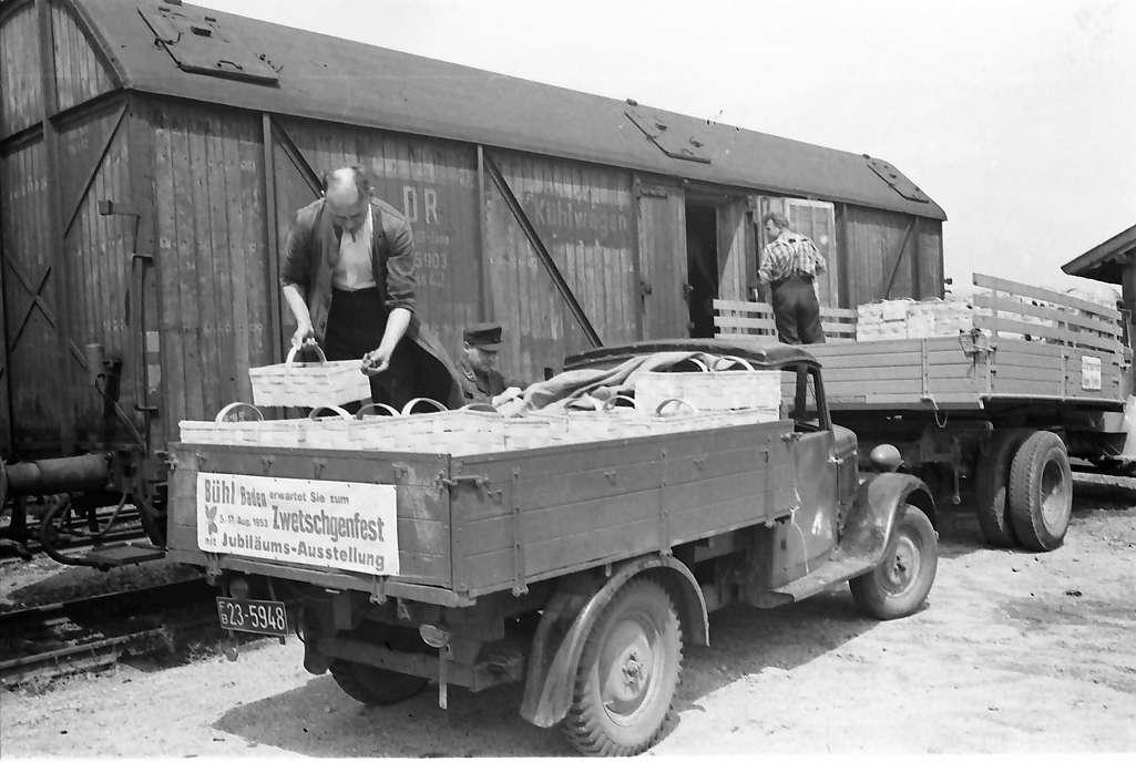Bühl: Verladen der Zwetschgen in Güterwagen, Bild 1