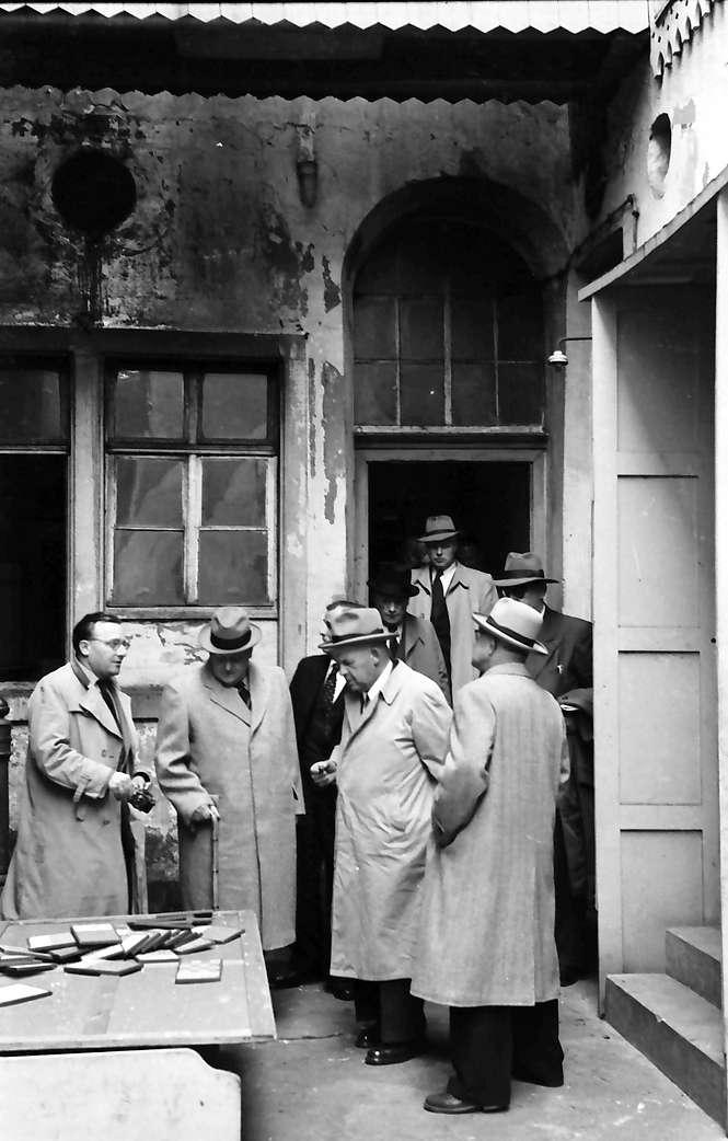 Kehl: Dr. Waeldin besichtigt ehemaliges Hotel; im Hof, Bild 1