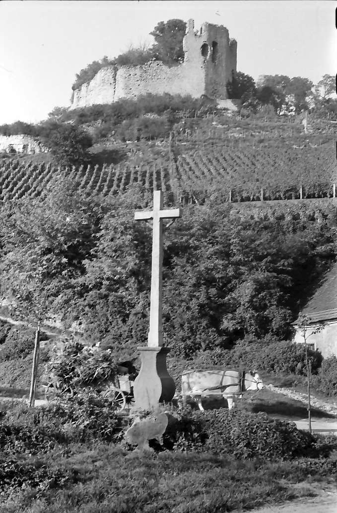 Hecklingen: Burg Lichteneck bei Hecklingen; mit Kreuz im Vordergrund, Bild 1