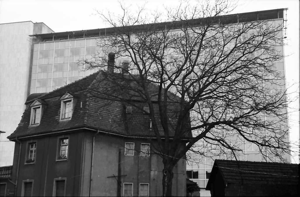 Baden-Oos, Baden-Baden: Verwaltungshochhaus mit alten Häusern im Vordergrund, Bild 1