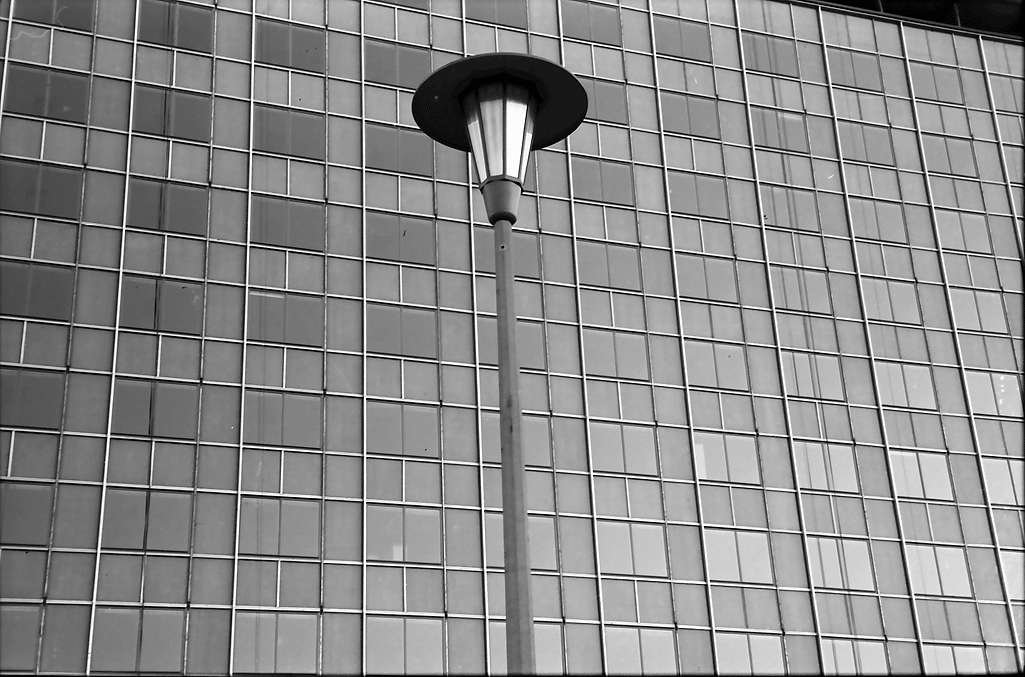 Baden-Oos; Baden-Baden: Verwaltungshochhaus; Fensterfront mit Laterne, Bild 1