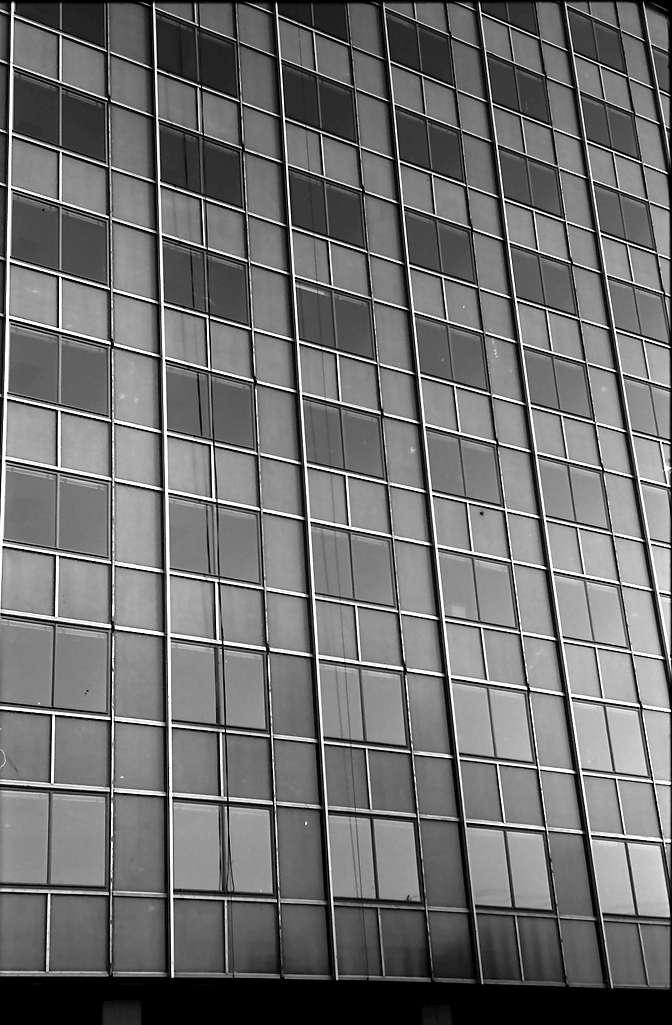 Baden-Oos; Baden-Baden: Verwaltungshochhaus; Fensterfront; Ausschnitt, Bild 1