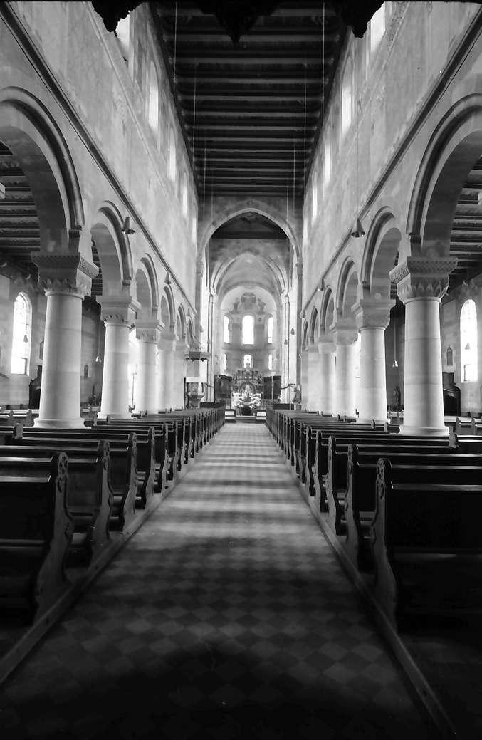 Schwarzach: Romanische Kirche; Längsschiff innen, Bild 1