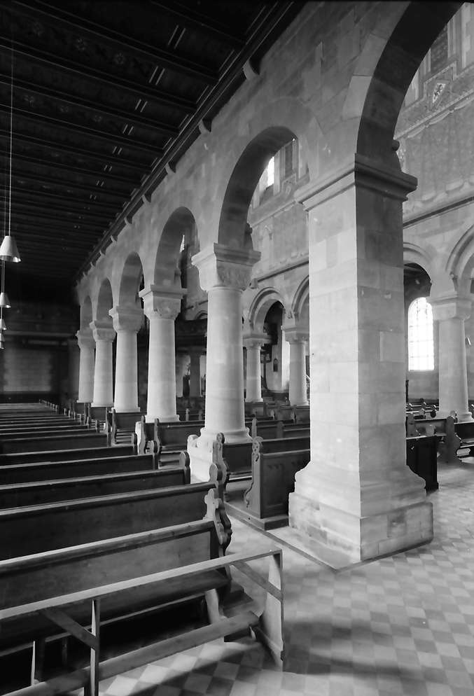 Schwarzach: Romanische Kirche; Seitenschiff mit romanischen Säulen, Bild 1
