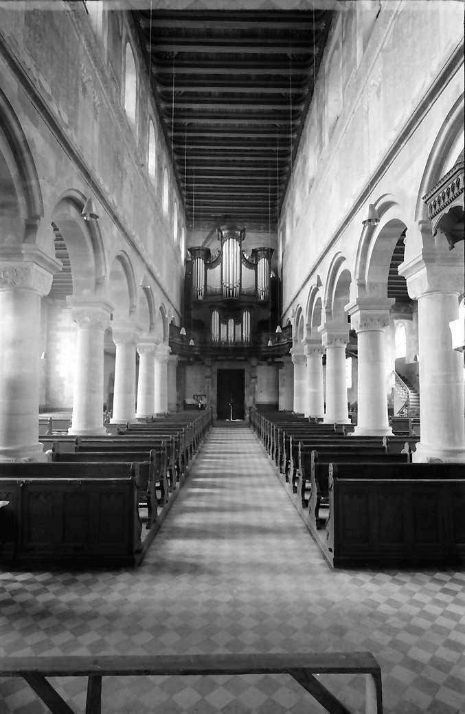 Schwarzach: Romanische Kirche; Längsschiff gegen die Orgel, Bild 1