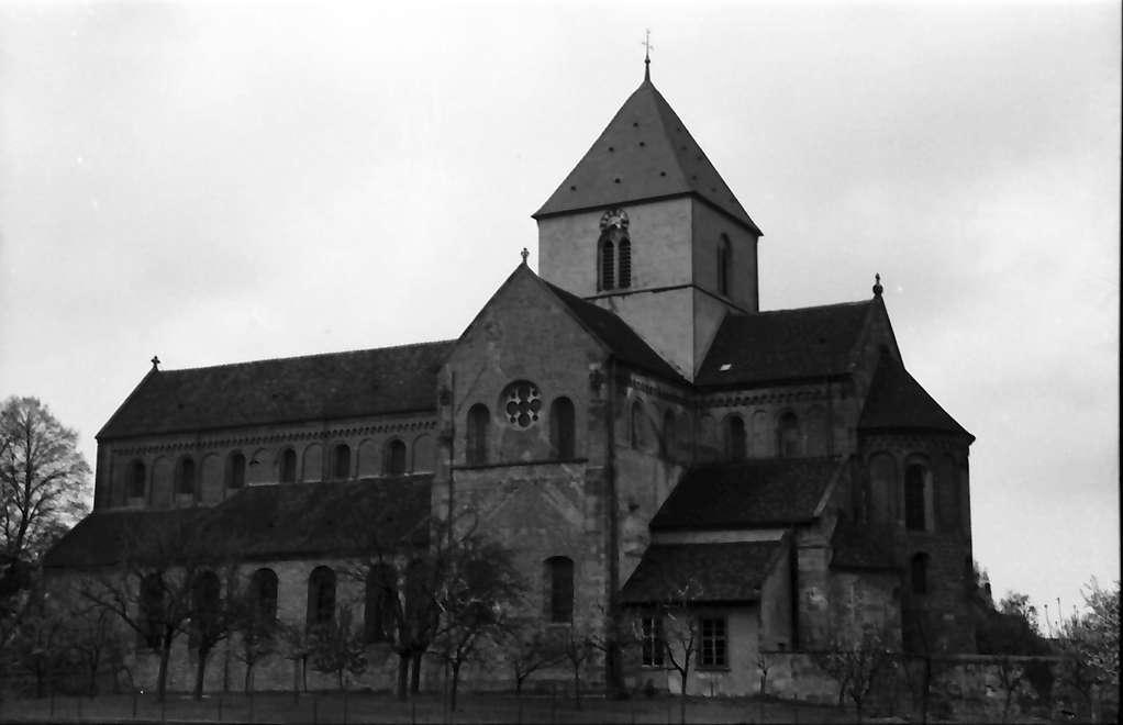 Schwarzach: Romanische Kirche; Gesamtansicht außen, Bild 1