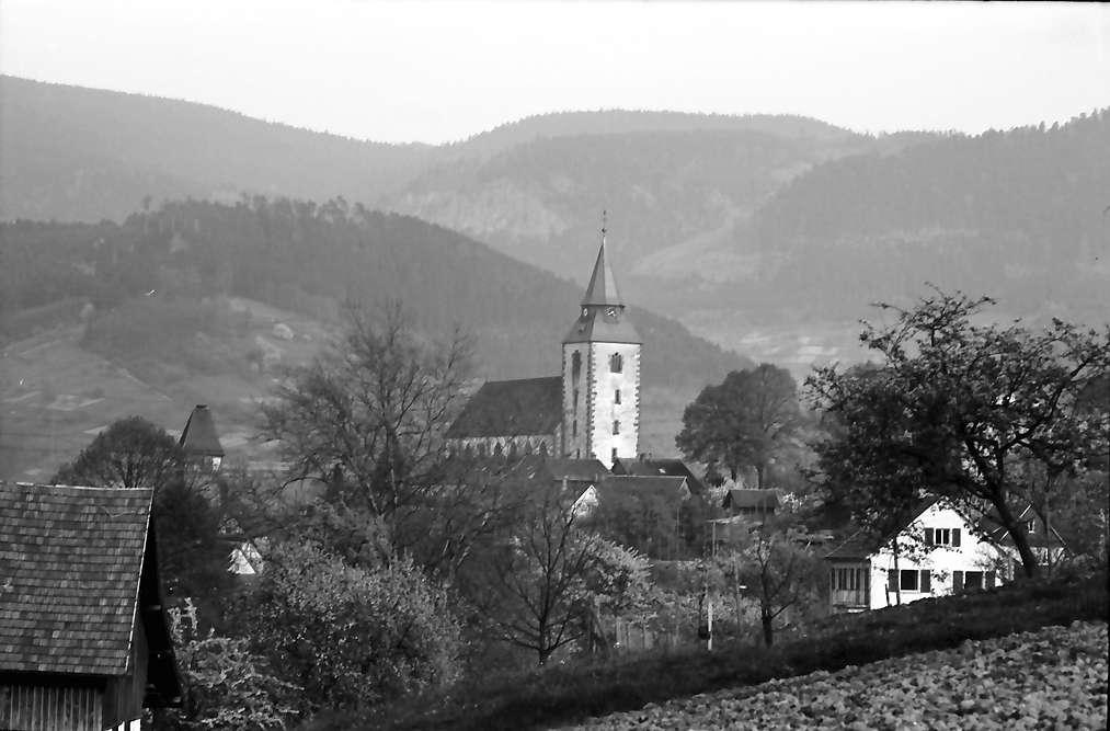 Gernsbach: Kirche; Hintergrund Berge, Bild 1