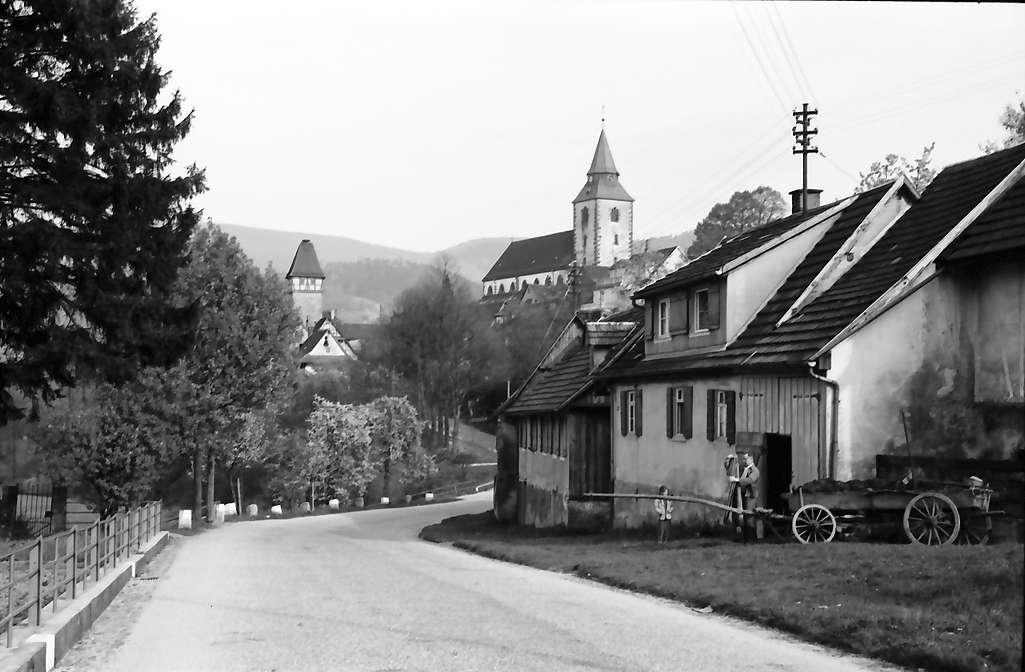 Gernsbach: Kirche; Hintergrund Berge; Vordergrund Straße, Bild 1