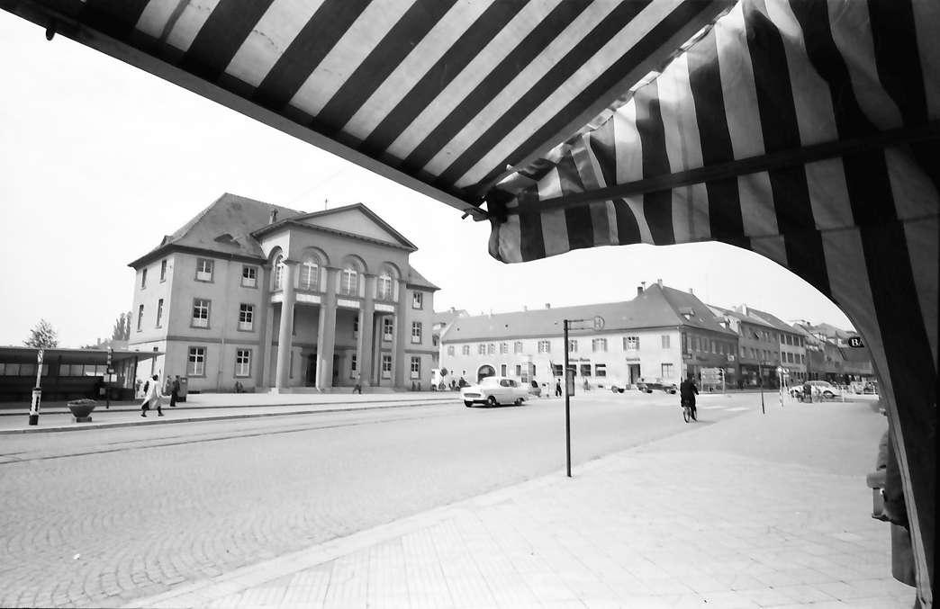 Kehl: Rathaus; unter Markise mit Hauptstraße, Bild 1