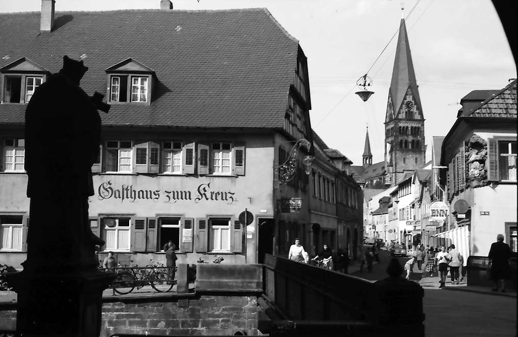 Ettlingen: Blick von der Albbrücke zur evangelischen Kirche mit Kronenstraße, Bild 1