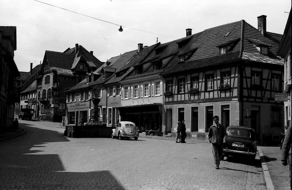 Gernsbach: Rathausplatz mit Brunnen, Bild 1