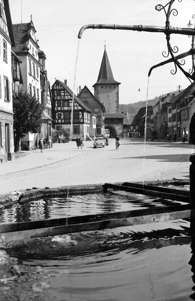 Gengenbach: Brunnen mit Blick zum Oberen Tor, Bild 1