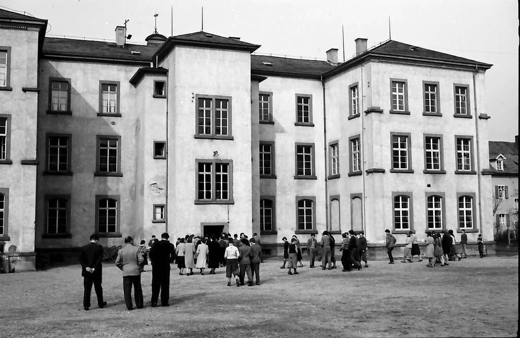 Ettenheim: Hof mit Schülern, Bild 1
