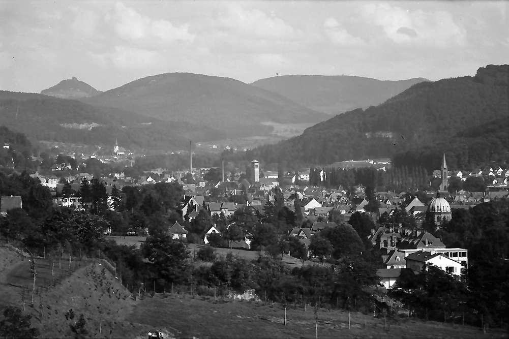 Lahr: Fernblick über die Stadt bis Geroldseck; Vordergrund Bad, Bild 1