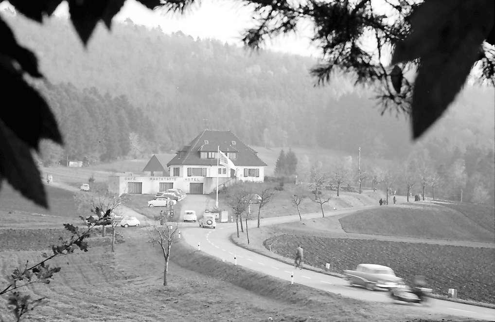 Pflingsteck; Freiamt: Passhöhenhotel Pflingsteck; von tiefer durch Wald, Bild 1