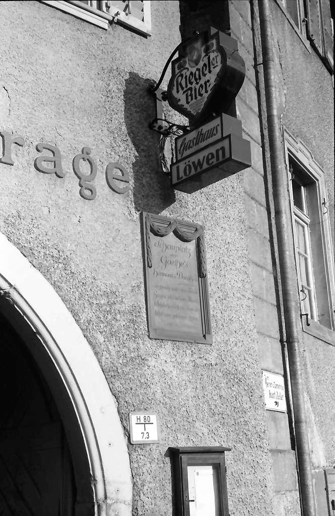 Emmendingen: Gasthof zum Löwen mit Hermann und Dorothea Schild und Riegeler Laterne, Bild 1