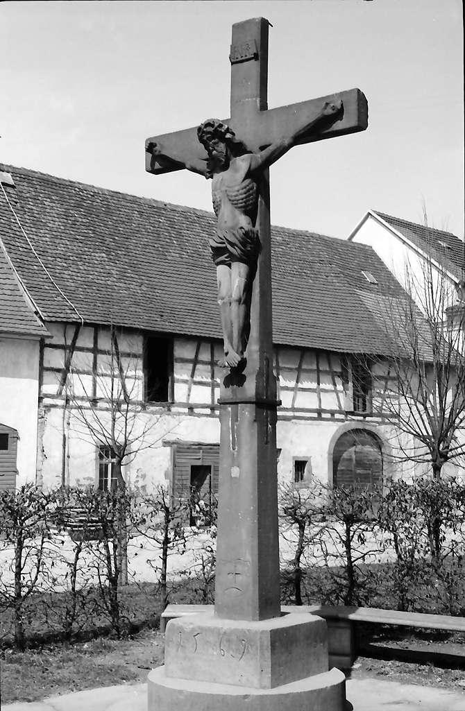 Kenzingen: Kruzifix vor der Kirche, Bild 1