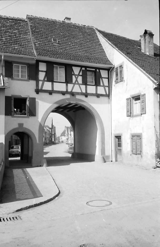 Kenzingen: Blick durch das Schwabentor in die Stadt, Bild 1