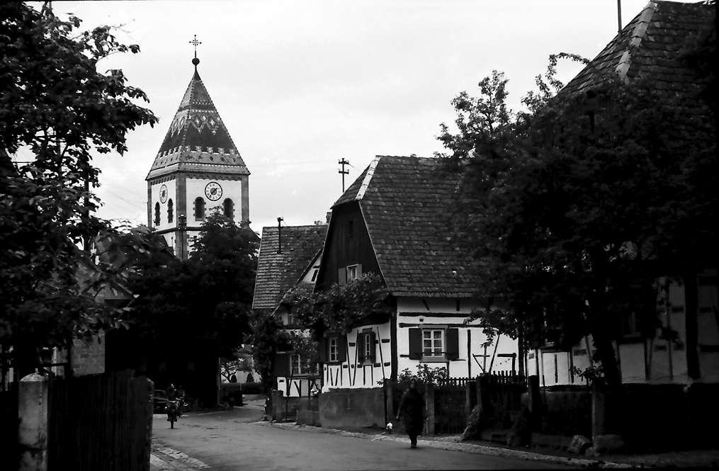 Wagshurst: Dorfstraße mit Kirche, Bild 1