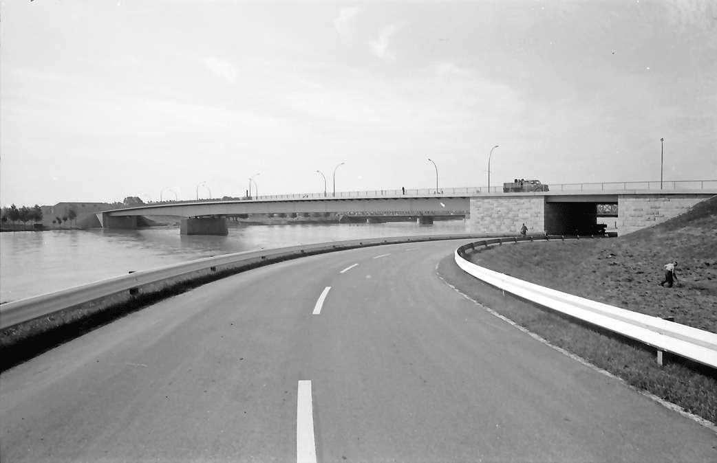 Kehl: Neue Rheinbrücke; Uferstraße und Brücke; Kehler Seite, Bild 1