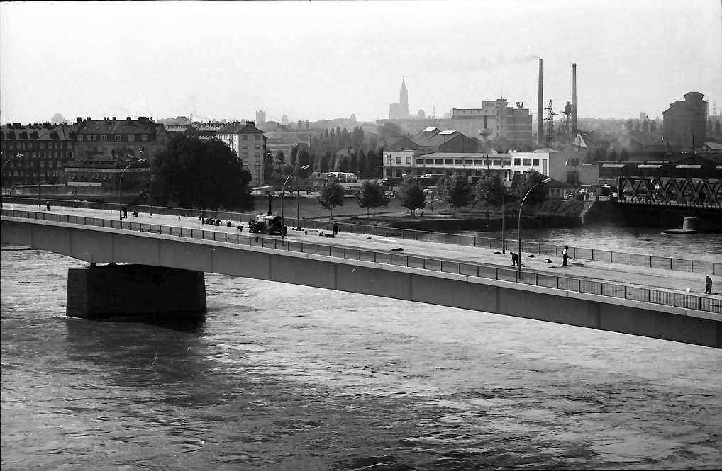 Kehl: Neue Rheinbrücke; Blick vom Turm des französichen Ortskommandanten auf Auffahrtsschleife und Brücke; mit Straßburger Münster, Bild 1