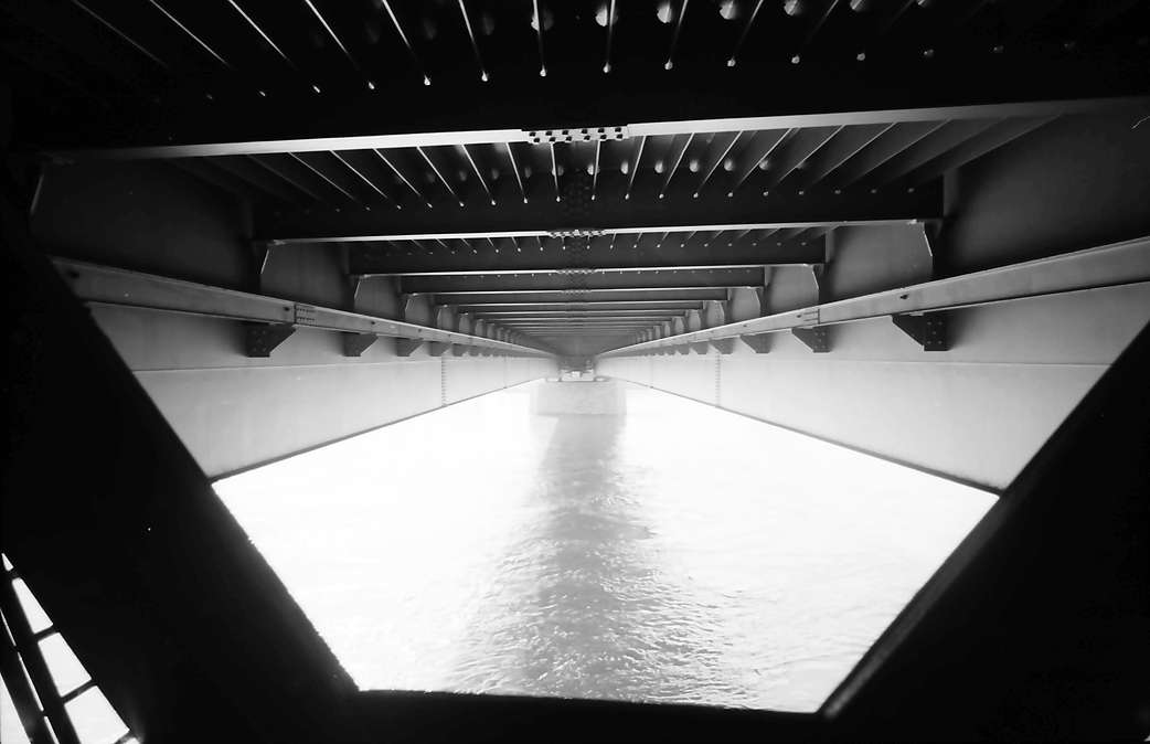 Kehl: Neue Rheinbrücke; Unteransicht der Brücke vom deutschen Ufer, Bild 1
