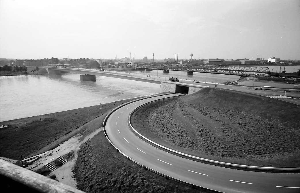 Kehl: Neue Rheinbrücke; Blick vom Turm des französichen Ortskommandanten auf Auffahrtsschleife und Brücke, Bild 1