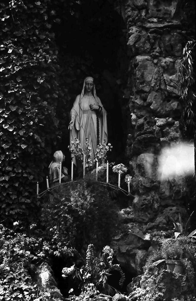 Herbolzheim: Grotte mit Marienbild vor der Kirche, Bild 1