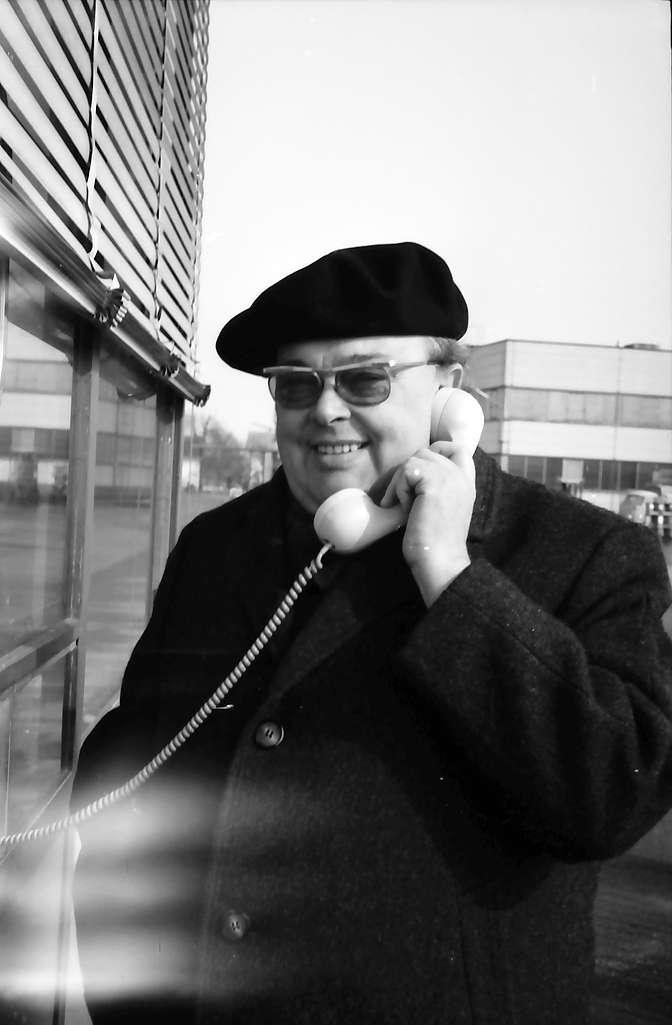 Freistett: Pfarrer Fath mit Telefon an der Boschfabrik, Bild 1
