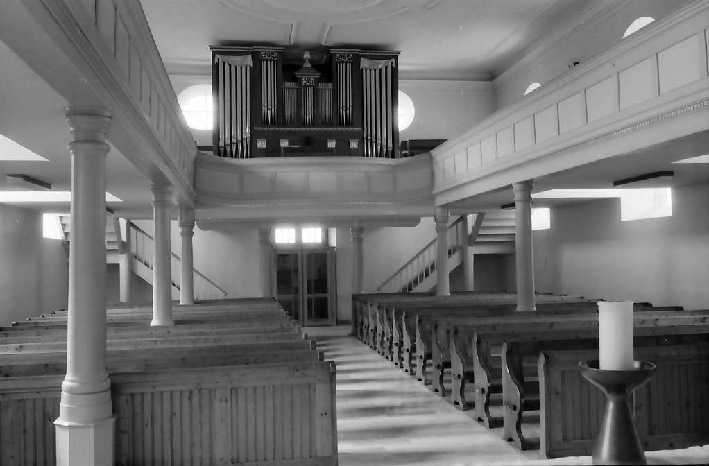 Freistett: Evangelische Kirche; innen; vom Altar zur Orgel, Bild 1