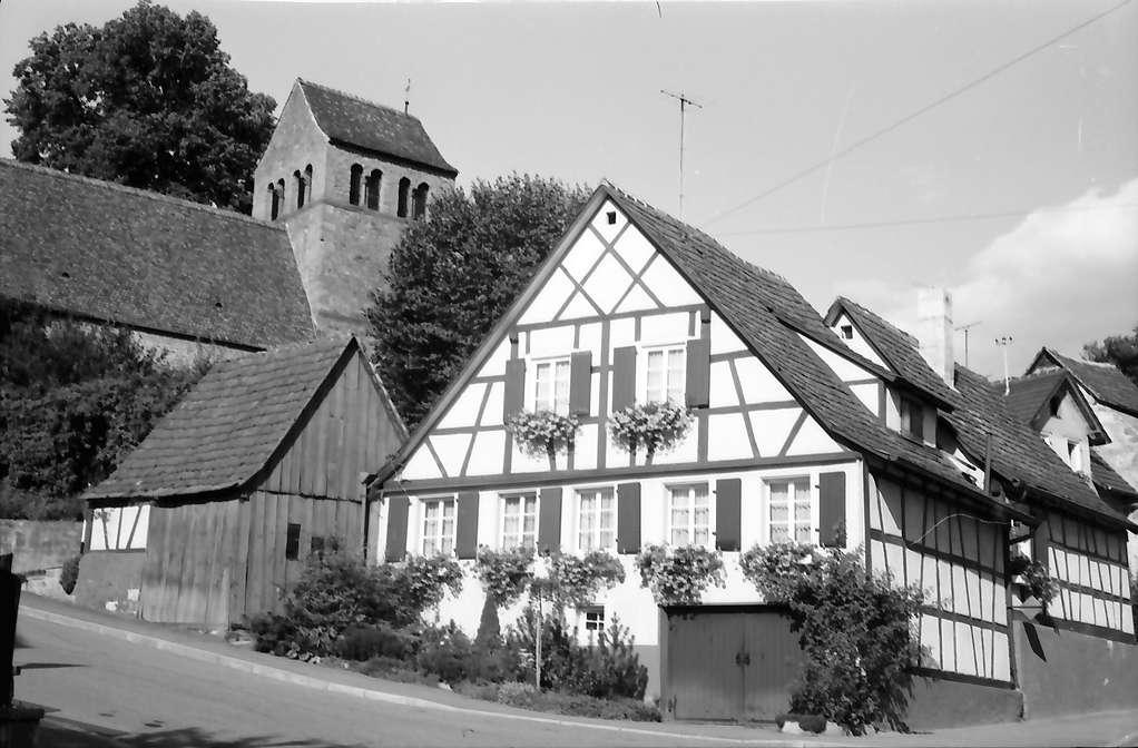 Burkheim: Burkheimer Kirche und Fachwerkhaus, Bild 1