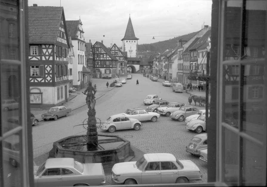 Gengenbach: Ausblick aus der Stadtbücherei auf Straße und Tor, Bild 1