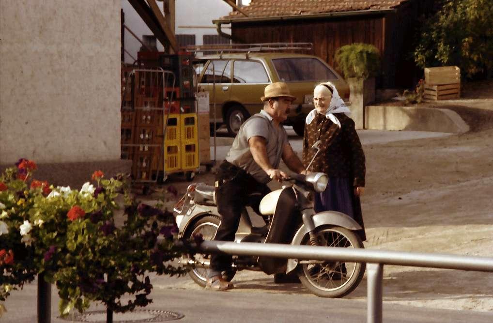 Durbach: Winzer mit Moped und Frau im Gespräch, Bild 1