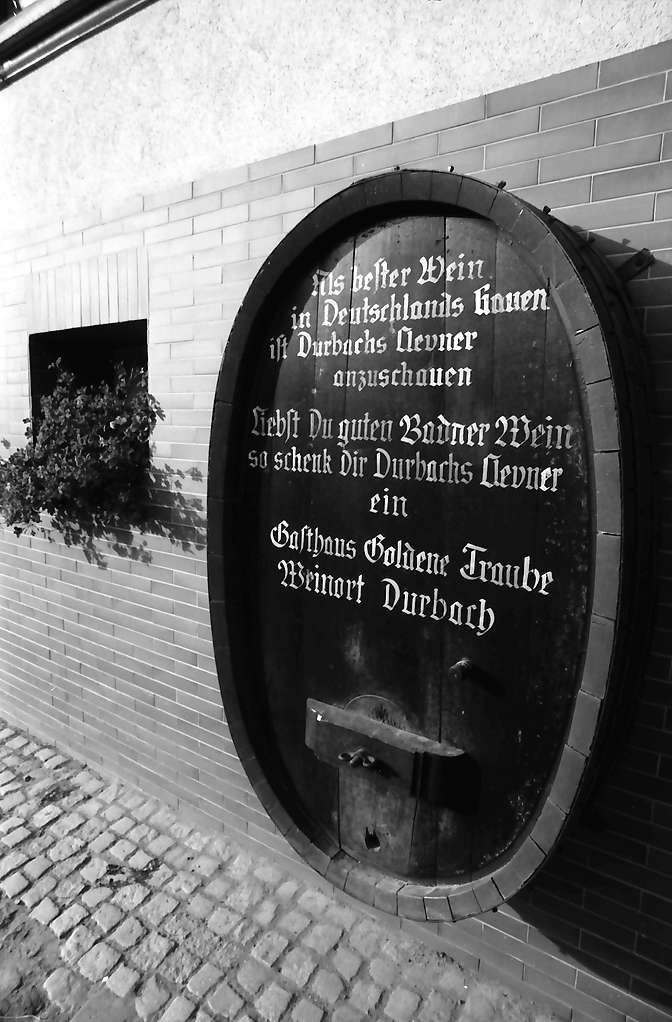Durbach: Eingebaute Weinfässer mit Aufschriften, Bild 1
