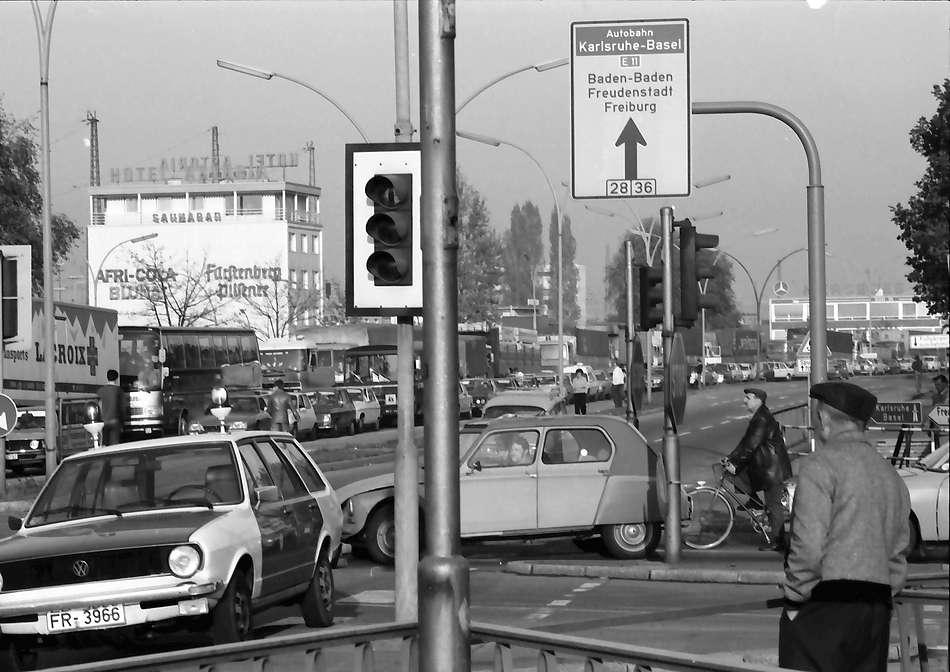 Kehl: Verkehr vor der Europabrücke anlässlich der Terroristenfahndung, Bild 1