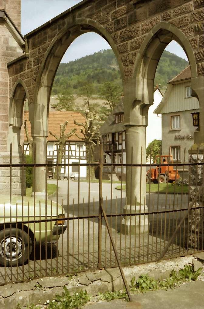 Kappelrodeck: Durch Bögen auf Kirchplatz, Bild 1
