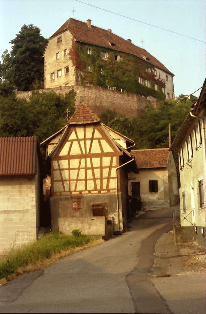 Mahlberg: Schloss von unten; mit Fachwerkgiebel, Bild 1