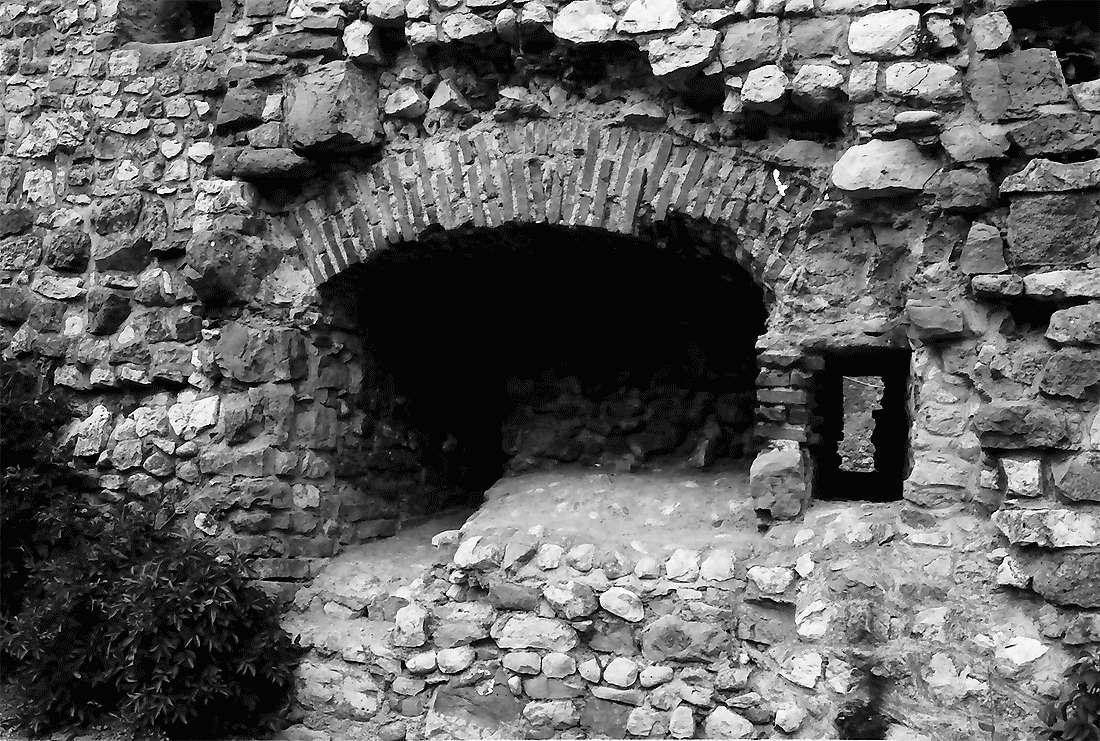 Staufen: Staufener Burg; Mauerfenster und Nischen, Bild 2