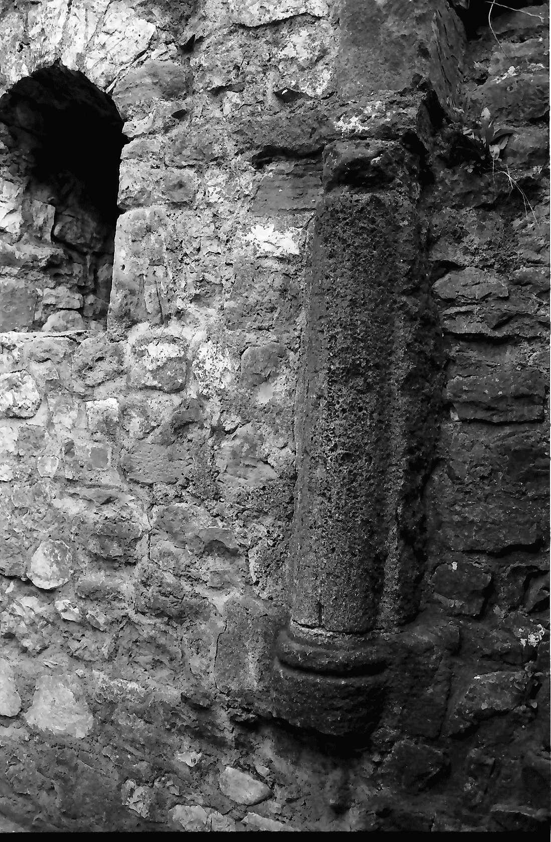 Staufen: Staufener Burg; Säulenrest im Turm, Bild 1