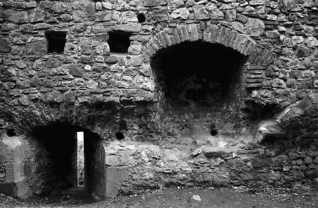 Staufen: Staufener Burg; Mauerfenster und Nischen, Bild 1