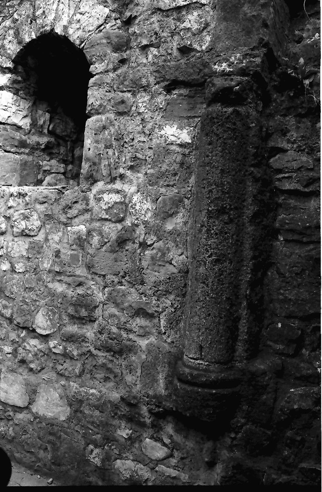 Staufen: Staufener Burg; Säulenrest im Turm, Bild 2