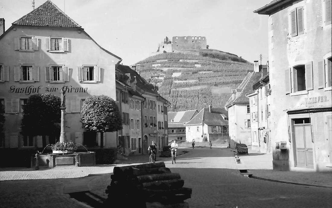 Staufen: Straße mit Blick auf die Burg, Bild 1
