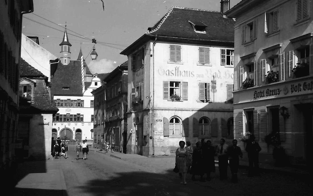 Staufen: Gasse mit Gasthaus und Rathaus, Bild 1