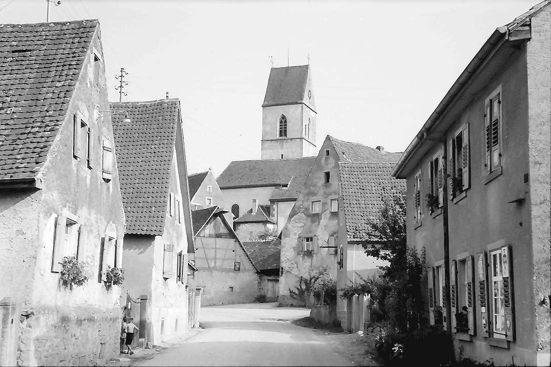 Pfaffenweiler: Straße und Kirche, Bild 2