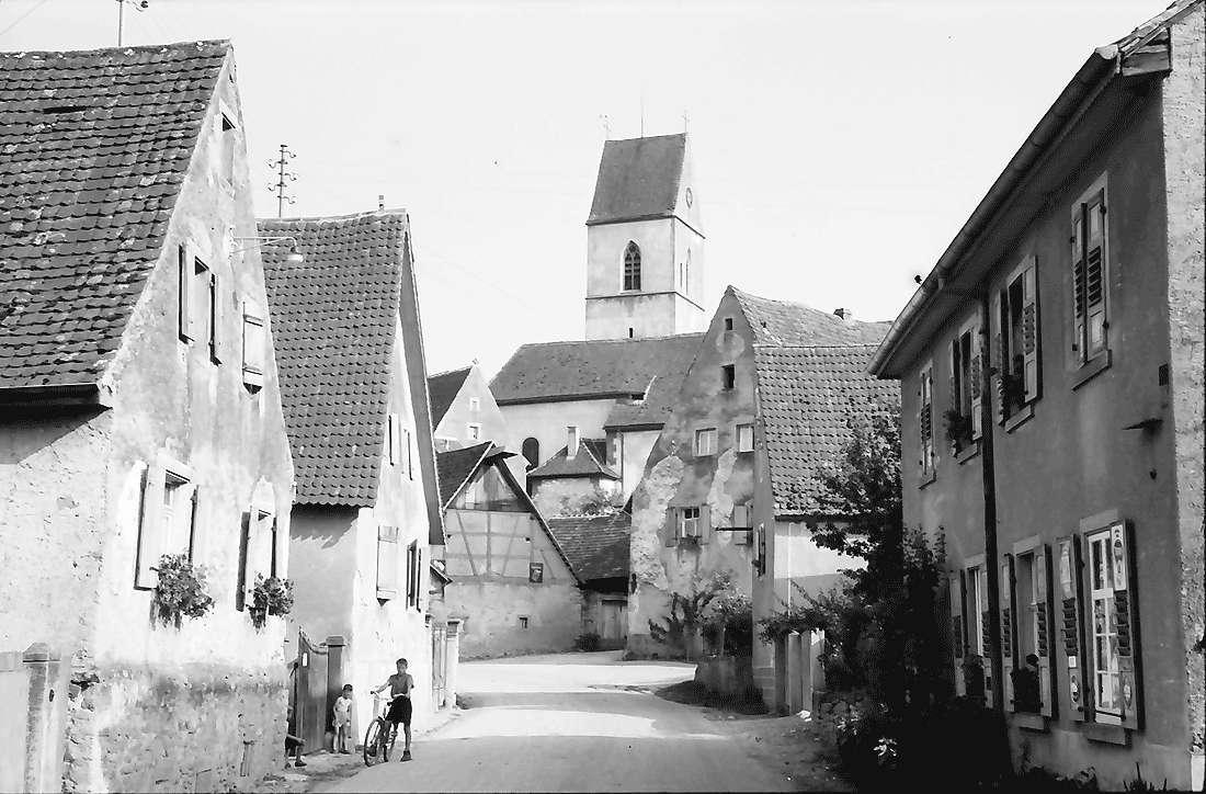 Pfaffenweiler: Straße und Kirche, Bild 1