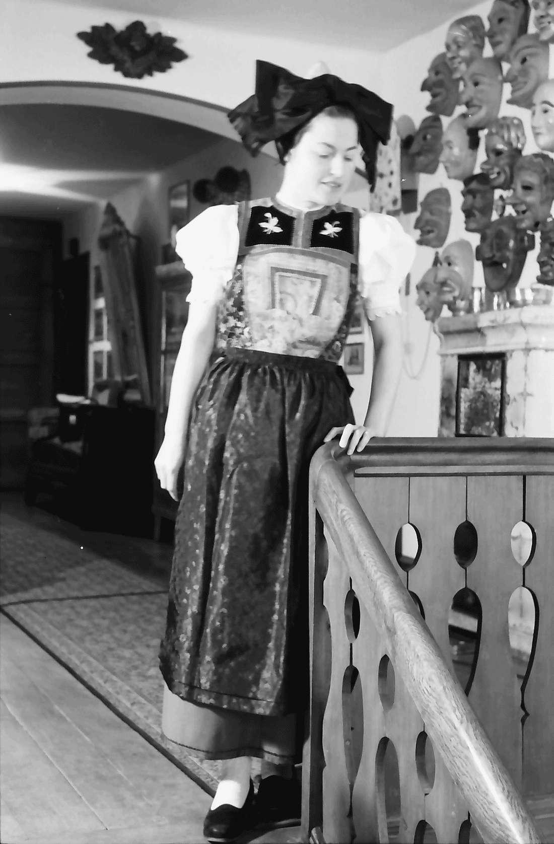 Staufen: Haus Schladerer; Mädchen in Altstaufener Tracht, Bild 1